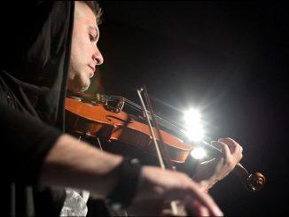 Tri krásky a husľový virtuóz! Slovák Marco Rajt predstavuje nový videoklip k letnej novinke 'Kým hráš'.