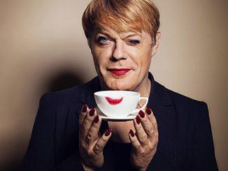 Komik Eddie Izzard se vrací do Prahy s novou show o brexitu, Trumpovi i mluvících psech.
