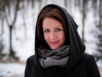 Viki Olejárová – hlas známy známestí želá pokojné Vianoce.