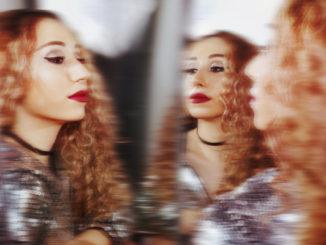 Úvod roka prináša zaujímavý hudobný objav.Krásna speváčka Bibi Hall debutuje dvoj-singlom a dvoma videoklipmi.