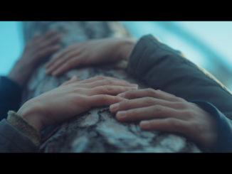 PARA predstavila nový videoklip k piesni Svadobná. Prostredníctvom rúk odhaľujú najkrajší cit.