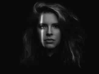 """""""Túto pieseň stačí počúvať a každý si v nej nájde svoju interpretáciu."""" Zuzana Mikulcová predstavuje nový klip k skladbe 'Hovor mi'."""
