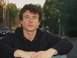 Alec Benjamin: od koncertování na parkovištích ke smlouvě s velkým labelem a vlastní tour.