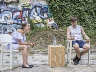 Experimentální léto vbazénu Barrandovských teras. Divadlo MeetFactory obnovuje inscenaci Psí dny.