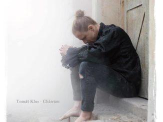 Výpravný klip Tomáše Kluse knovému singlu Chátrám ukazuje život vDomě, kde spolu sousedé zapomněli mluvit.