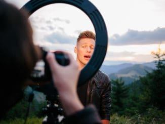 """Thomas Puskailer prichádza s novou skladbou """"Mier Našim Hriechom"""", ku ktorej predstavuje srdcervúci klip."""