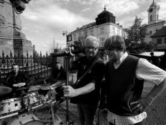Mňága aŽďorp má nový singel aklip shercom Lukášom Pavláskom. Aktuálne je na turné po Slovensku.