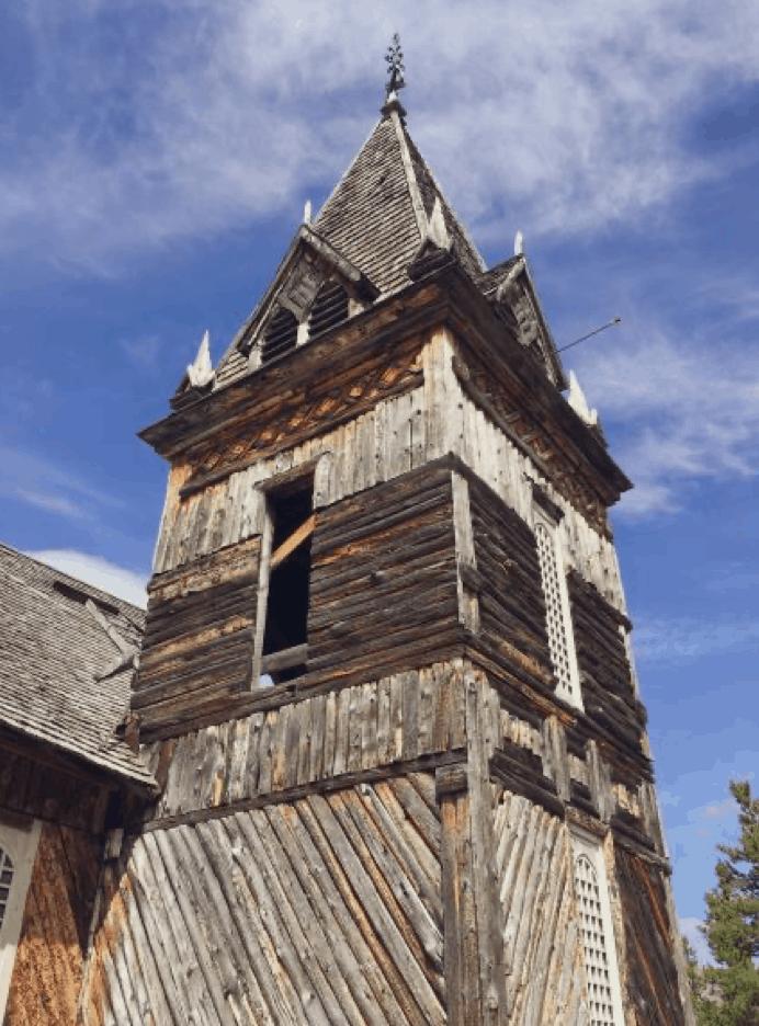 Věž viktoriánského dřevěného kostela, postaveného véře zlaté horečky vBennettu. Jediná stavba, která vtomto městě duchů stále ještě stojí.