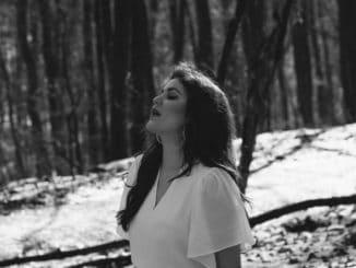 Celeste Buckingham predstavuje príbeh o nekonečnom kolobehu života - nový videoklip Time Is Ours.