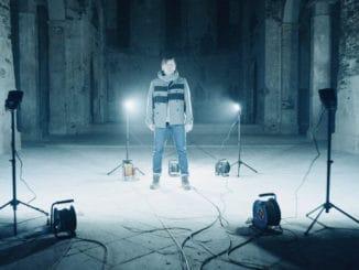 Michal Hrůza je narušiteľ systému, ticha i tmy. Jeho svetlo žiari z neónu v novom videoklipe Světlo do tmy.