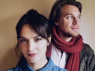 Jana Kirschner a Vojtěch Dyk zverejnili novú skladbu s názvom Na okamih. Autorom videoklipu jeJuraj Johanides.