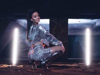 Vebi oficiálne odštartovala sólovú kariéru latino skladbou Zakázaná.