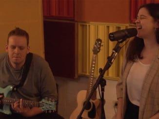 BlueZodiac vintímnej akustickej piesni smocným hlasom avo dvojici.