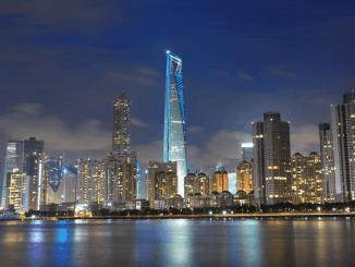 Vútrobách jednoho znejvyšších mrakodrapů pevninské Číny najdeme luxusní hotel, zastoupení světových bank i Starbucks.