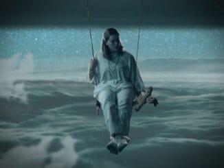 """""""Zavolaj mi zajtra"""" odkazuje Karin Ann z hojdačky v nebi v kontroverznom voodoo klipe.O slovenskom hlase generácie Z píše prestížny americký The New York Times."""