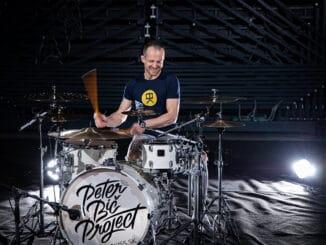 Bubeník skupiny Peter Bič Project predstavuje svoj vlastný systém výučby hry na bicie s názvom Koncept7. Bubnujte ako profesionáli s Eduardom Kissom.