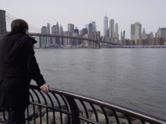Michal Hrůza vydáva nový singel Most přes nikdy. Je o ničote, cez ktorú však existuje most.