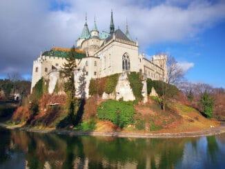 Návštevníkov Bojníckeho zámku vystriedajú dočasne filmári.
