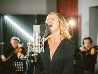 Nela Pocisková prichádza s novou emotívnou skladbou.