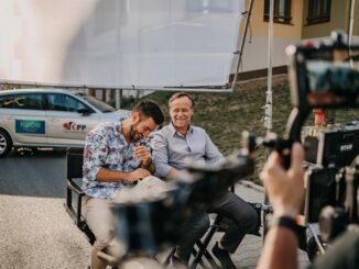 Najpopulárnejší český spevák súčasnosti sa nenechá kopať do zadku. Marek Ztracený predstavuje nový videoklip s Karlom Rodenom.