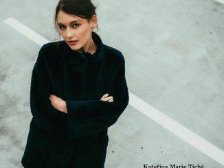 Speváčka Kateřina Marie Tichá predstavuje akustickú verziu skladby Kolemjdoucí a pozýva na živé streamované vystúpenie 13. decembra.