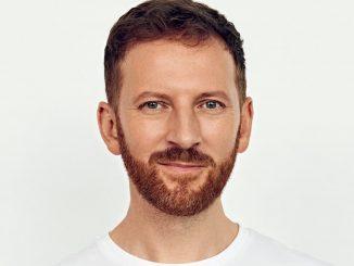 Miro Jaroš vydáva nový album pre dospelých - Milujem život svoj.Slávnostne ho pokrstila jeho mama počas online koncertu pre všetkých fanúšikov.