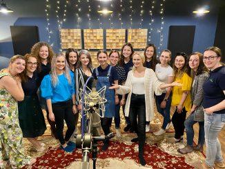 Speváčka Janais prekvapila mrazivým videoklipom k clivej rusínskej kolede Spi Isuse, spi.