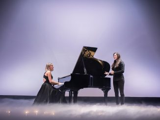 Lenka PIEŠOVÁ natočila zimno-vianočný videoklip POKOJ so svojou sestrou Barborou Piešovou.