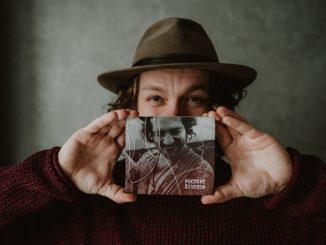 Peter Juhás vydal prvý autorský album snázvom Poctený životom. Pokrstí ho Jana Kirschner.