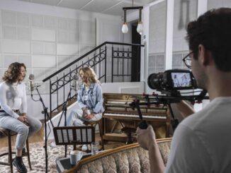 Rodinná pohoda sála z titulnej piesne Samotní nejsme nic k novému seriálu Kukačky.  Lenka Filipová ju naspievala so svojou dcérou Lenny.