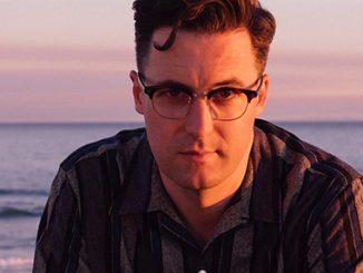 Sytě modrá nostalgie, americký písničkář Nick Waterhouse vystoupí v Praze.