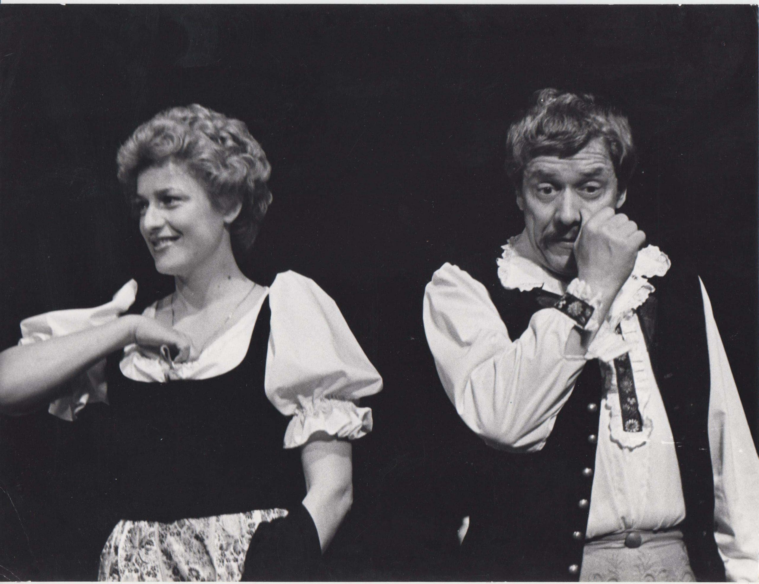 Beáta Drotárová ako Margitka s Petrom Gažom v inscenácii Naši furianti v roku 1982 – foto: Ondrej Béreš