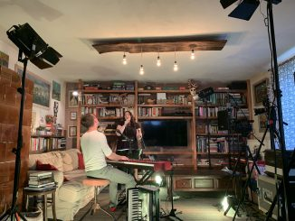 Katarína Koščová pozýva na koncertdo svojej obývačky.
