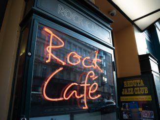 Rock Café stále září Národní třídou.