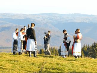 Chalani zo skupiny Iconito originálne a moderne spájajú folklór s popom. Do klipu Korene získali hviezdy slovenského hereckého neba a chystajú veľkolepý projekt s FS Zemplín!