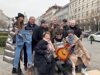 Petr Janda si nechá od slávnych osobností hádzať peniaze do klobúka.Vnovom klipe si zahral bezdomovca.