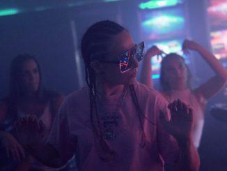 Dominika wHo sa v klipe Ver si! pohráva s vibráciami 80. rokov.