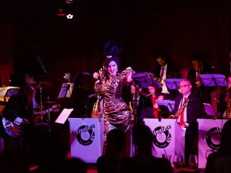 Zvodné Bratislava Burlesque a20-členný orchester vo večeri plnom noblesy.