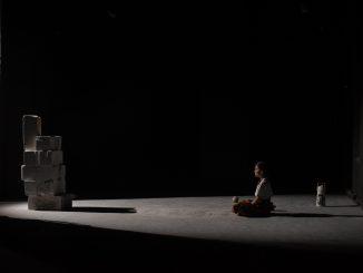Bílá barva jako odraz smutku v inscenaci podle poslední knihy Han Kang.