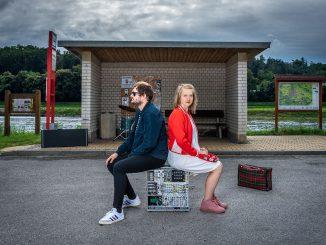 Pražská písničkářsky-elektronická dvojice něco něco vydála 31. 8. 2021 druhé řadové album s názvem Útržky.