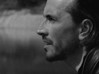 Skupina NOCADEŇ predstavuje nový čierno-biely videoklip k piesni LABYRINT.