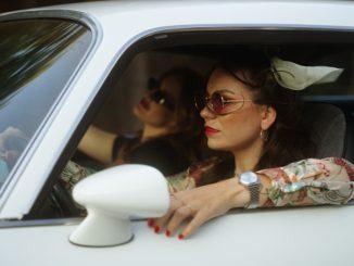 Andie J v novom klipe She's Mine siskrivou dynamikou amerického feelingu