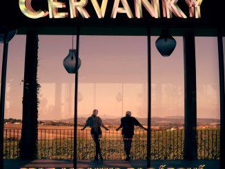 """Kapela SLZA s Monikou Bagárovou spomínajú na leto a vydávajú pieseň """"Červánky"""". Videoklipom berú fanúšikov do romantických moravských viníc."""