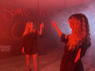 """Marina Ladudaprináša horúci videoklip""""Some Worlds Crumble"""",ktorý nesie ťažké pozadie vzniku!"""